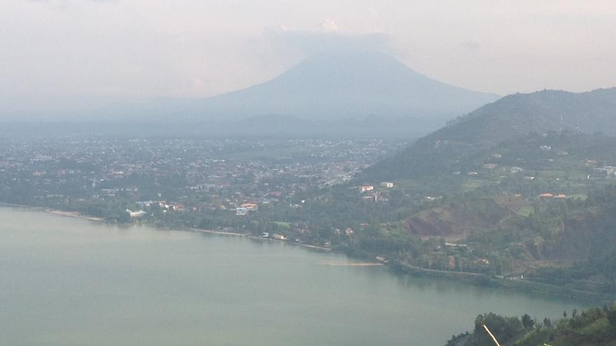 Vista del Lago Kivu con el volcán Nyiragongo presidiendo el paisaje, ya en territorio del Congo. (Foto: David Dusster)