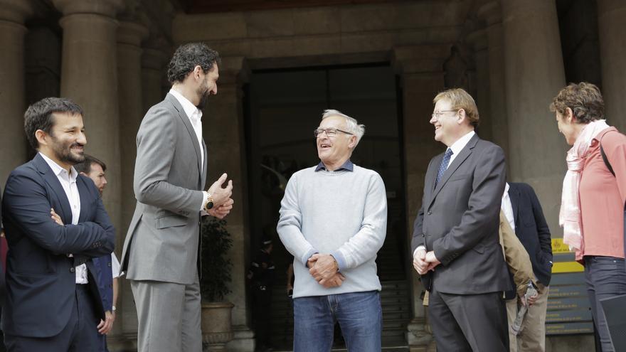 El presidente de la Federación Española de Baloncesto, Jorge Garbajosa, junto al alcalde, Joan Ribó, el presidente del Consell, Ximo Puig y el conseller de Deportes, Vicent Marzà