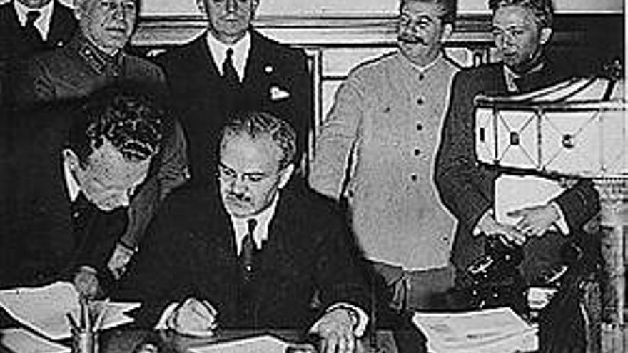 Stalin preside la firma del pacto germano-soviético