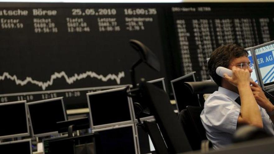 Las plazas europeas bajan alrededor del 1 % poco después de la apertura