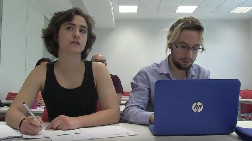 Dos alumnos que participan en el vídeo elaborado por la Universitat de València