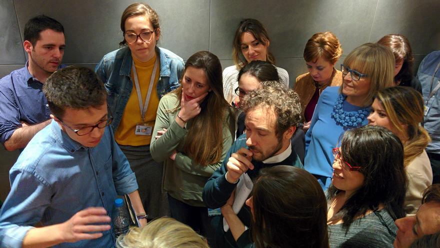 Iñigo Errejón habla con periodistas en el Congreso. Foto: Aitor Riveiro.