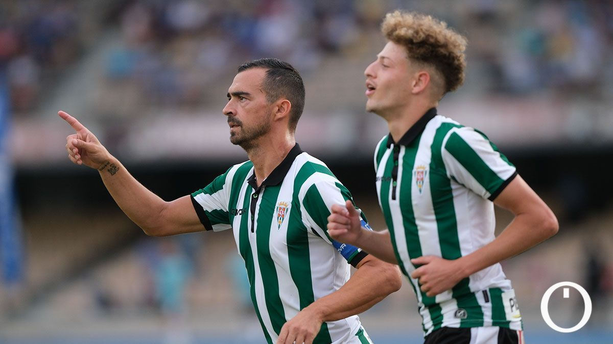 De las Cuevas y Simo celebrando uno de sus goles en Chapín