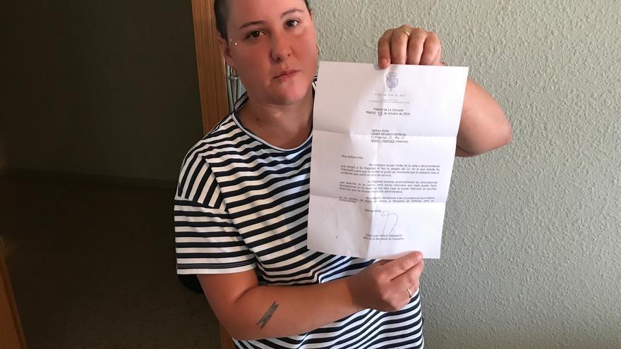 Laura Velasco muestra la contestación del Rey a una carta que le mandó implorando audiencia.
