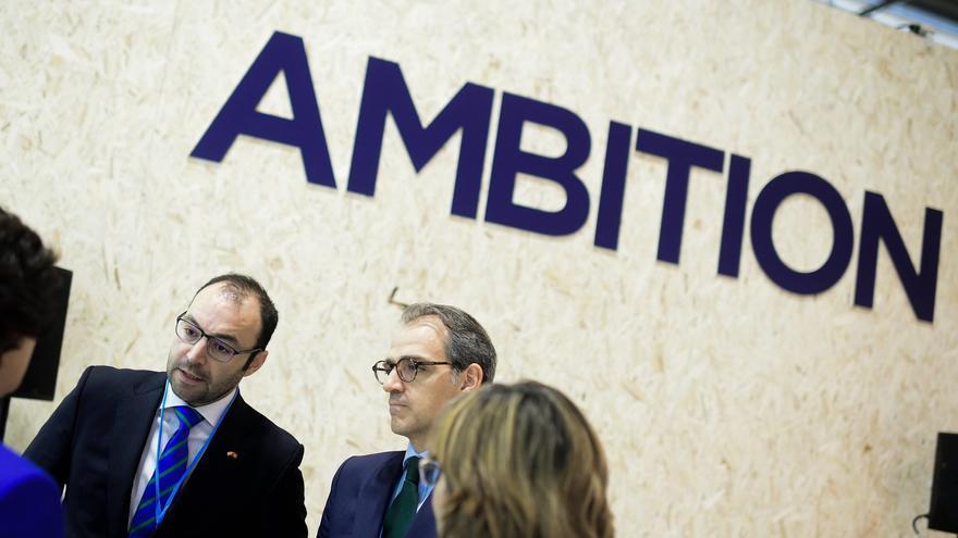 Isaac Martín (en el centro), junto al consejero madrileño de Economía, Empleo y Competitividad, Manuel Giménez, en la pasada COP25.