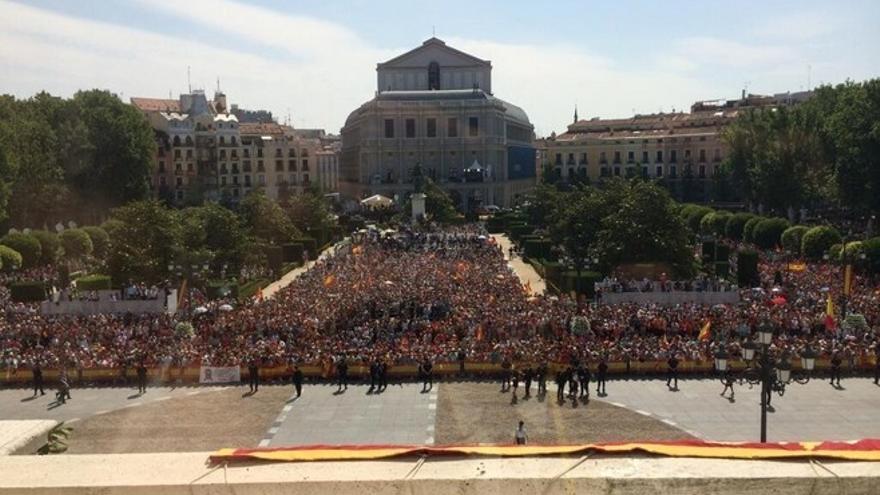 Felipe VI es vitoreado en las calles de Madrid con mucha gente en las vallas y menor afluencia en las aceras