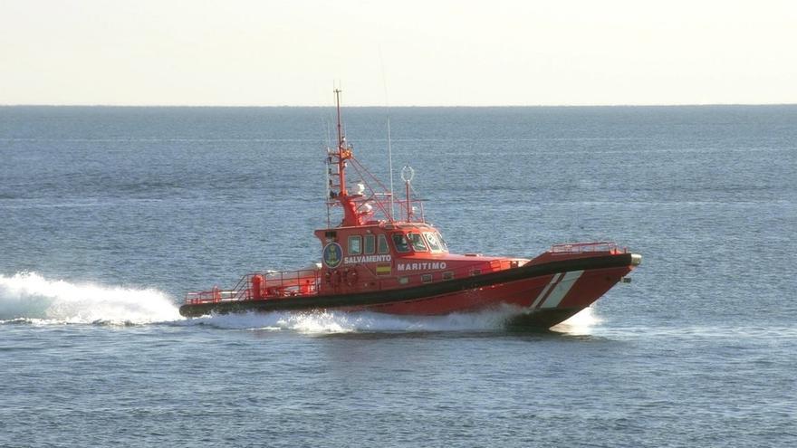 Rescatada una patera con 49 personas, entre ellas 11 mujeres y un menor, frente a la costa de Almería