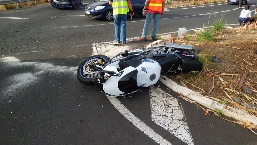 En la imagen, la moto implicada en el accidente del cruce de El Molino. Foto: BOMBEROS LA PALMA