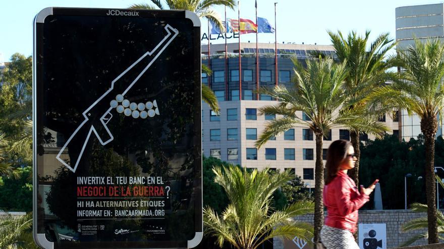 Uno de los carteles de la campaña Banca Armada instalados en Valencia.