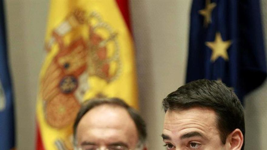 El consejero de Presidencia, Justicia e Igualdad del Gobierno de Canarias, Aarón Afonso (d), acompañado del viceconsejero de Justicia, Manuel Fajardo.