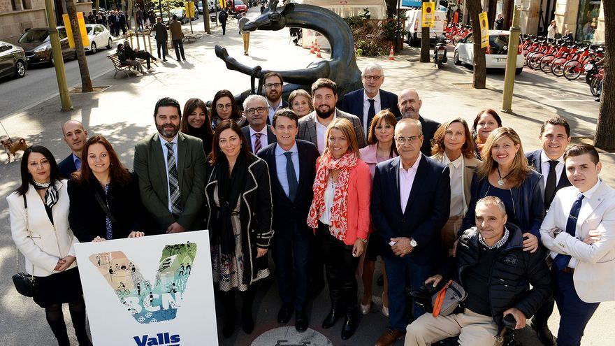 Manuel Valls con los miembros de su candidatura a las elecciones en Barcelona