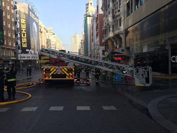 Los bomberos trabajando en la extinción del incendio de Gran Vía, 48 | Fotografía: Emergencias Madrid