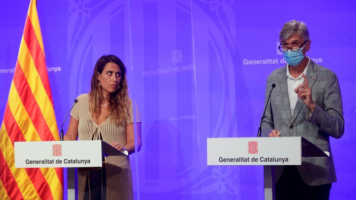 El conseller de Sanidad de la Generalitat de Cataluña, Josep Maria Argimón (d), junto a la portavoz del Govern, Patrícia Plaja (i) EFE/ Quique García