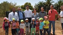 Luis Yeray Gutiérrez, alcalde de La Laguna, junto a Santiago Pérez, concejal, en la foto de familia de la visita al campus agrario
