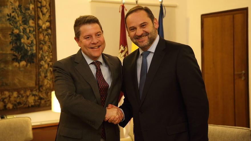 El presidente de Castilla-La Mancha, Emiliano García-Page y el ministro de Fomento José Luis Ábalos FOTO: JCCM