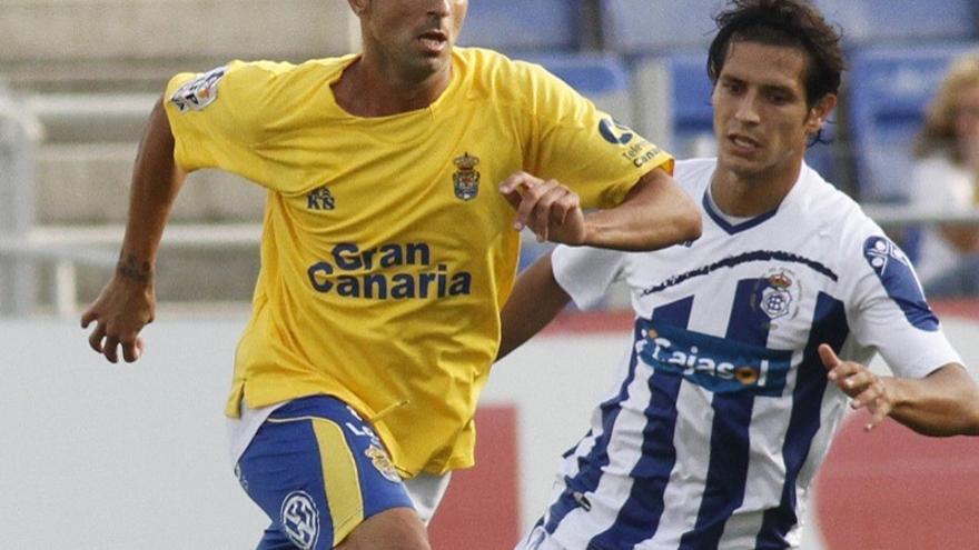 David González conduce ante la marca del rival (udlaspalmas.es).