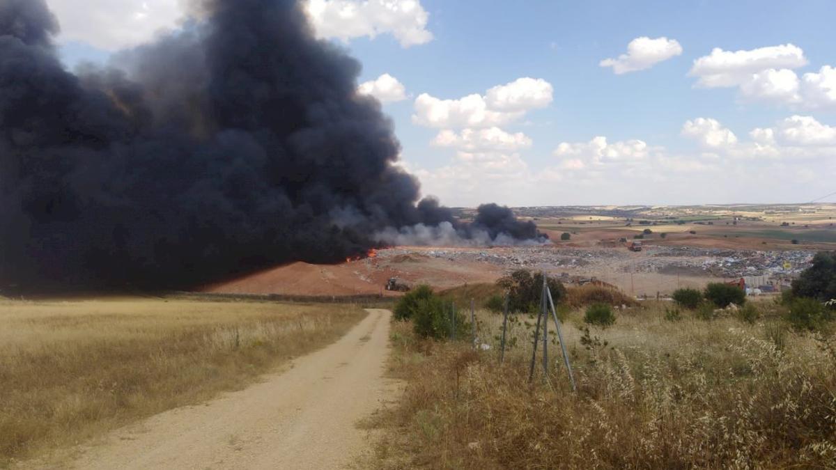 Incendio en el vertedero de Almonacid del Marquesado