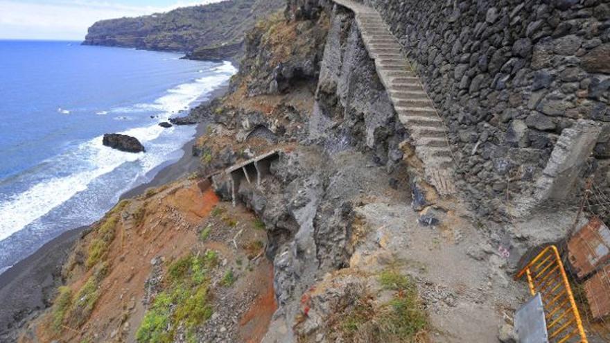 Imagen de archivo con el estado del acceso final a la playa de Los Patos