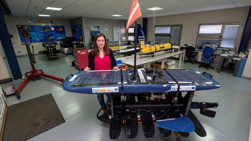 La ingeniera Tania Morales muestra el 'wave glider'.