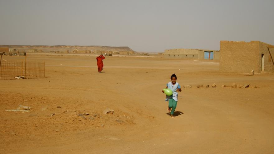 Muna, de 10 años, vuelve de la escuela acompañada por su madre en Dajla, uno de los campamentos de refugiados Saharauid / Gabriela Sánchez