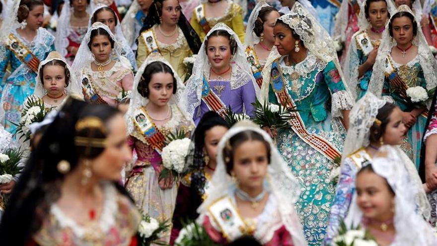 El ambiente invernal marca la Ofrenda emocionada a la patrona de Valencia