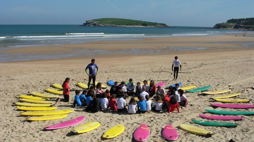 Niños en una clase de surf en Somo.