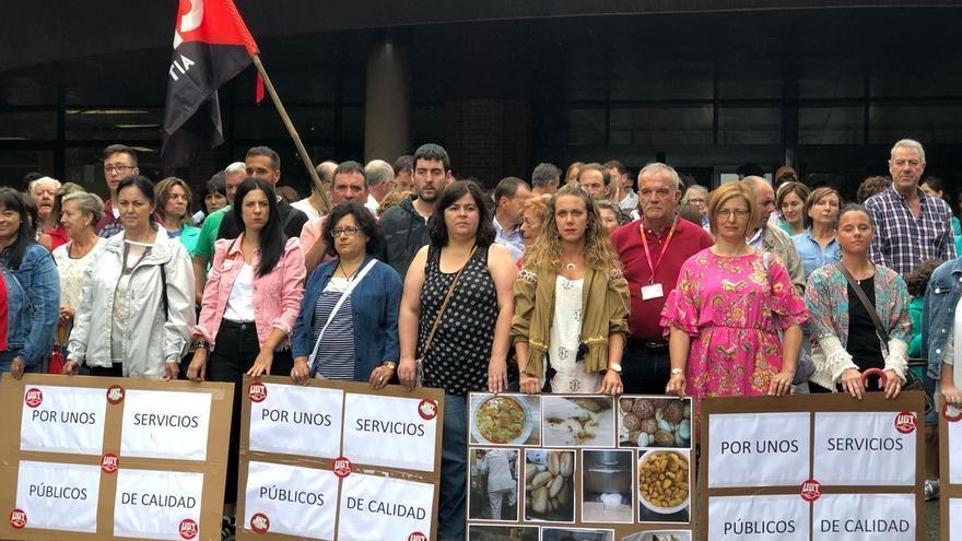 Cerca de 300 personas exigen poner fin a los incumplimientos de la concesionaria de la cocina y cafetería de Sierrallana