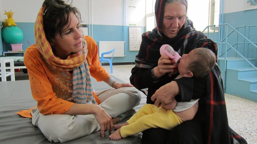 Lorena Enebral junto a dos de sus pacientes en un centro ortopédico del CICR en Kabul (Afganistán) en agosto de 2006 | Imagen de Mónica Bernabé cedida por CICR