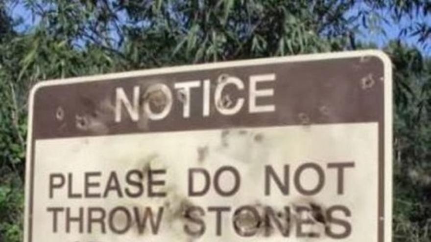 """Por favor, no tiren piedras contra esta señal, gracias"""