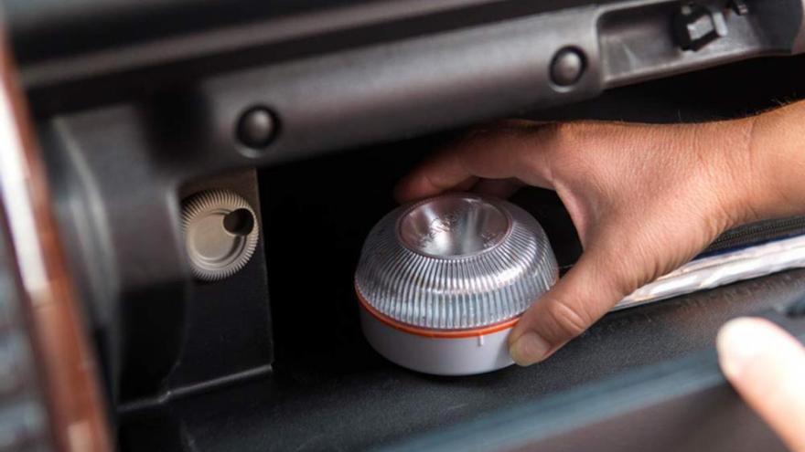 Cómo es la luz de emergencia que sustituirá a los triángulos reflectantes en los coches