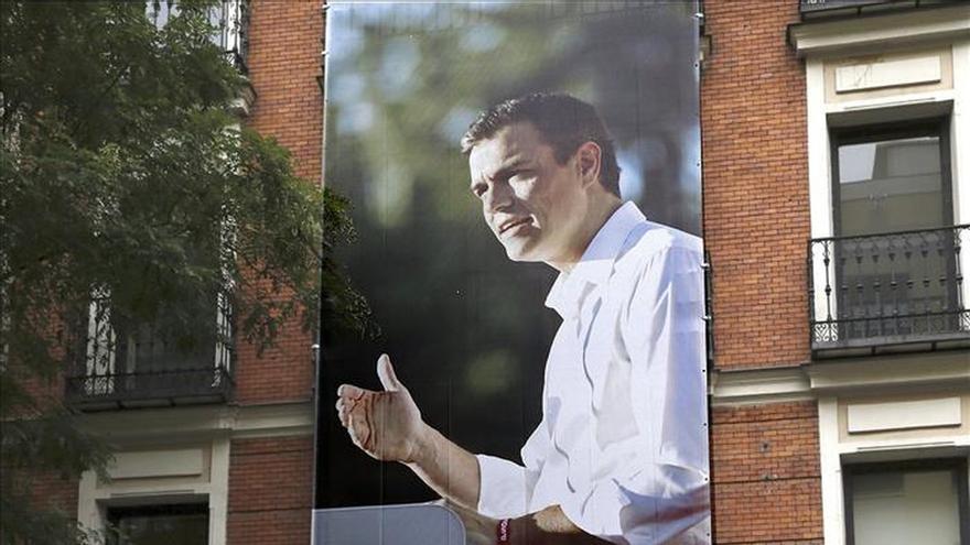 El PSOE cuelga de la fachada de Ferraz una gran foto de Pedro Sánchez