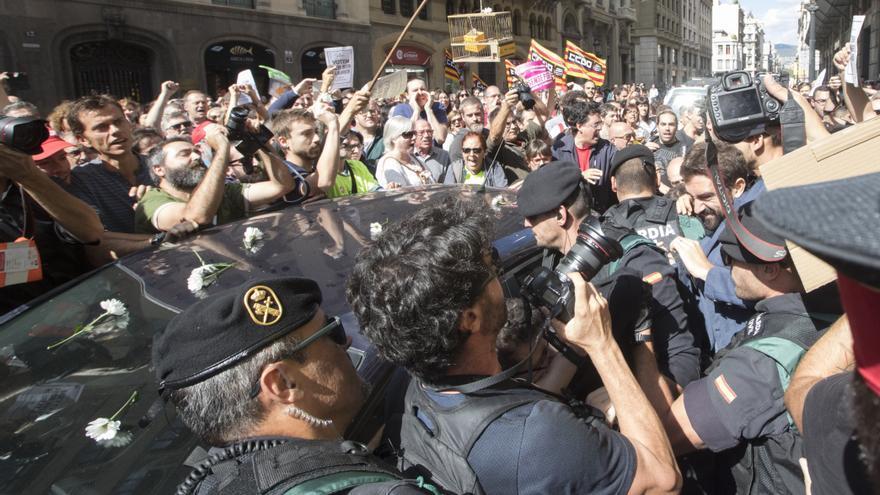 Incidentes producidos ante la Conselleria de Exteriores de la Generalitat en Via Laietana el 20 de septiembre de 2017 al terminar los guardias civiles el registro.