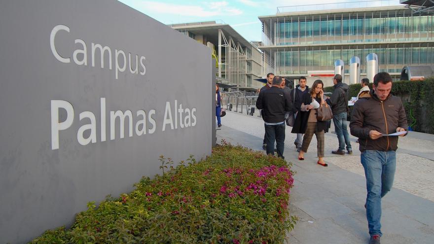 Empleados de Abengoa a las puertas del centro sevillano de Palmas Altas