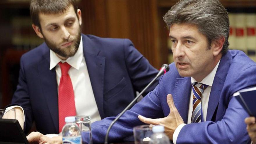 El representante de la plataforma ciudadana Demócratas para el Cambio, Vicente Mújica (d), durante su comparecencia en la comisión del Parlamento de Canarias. EFE/Cristobal García