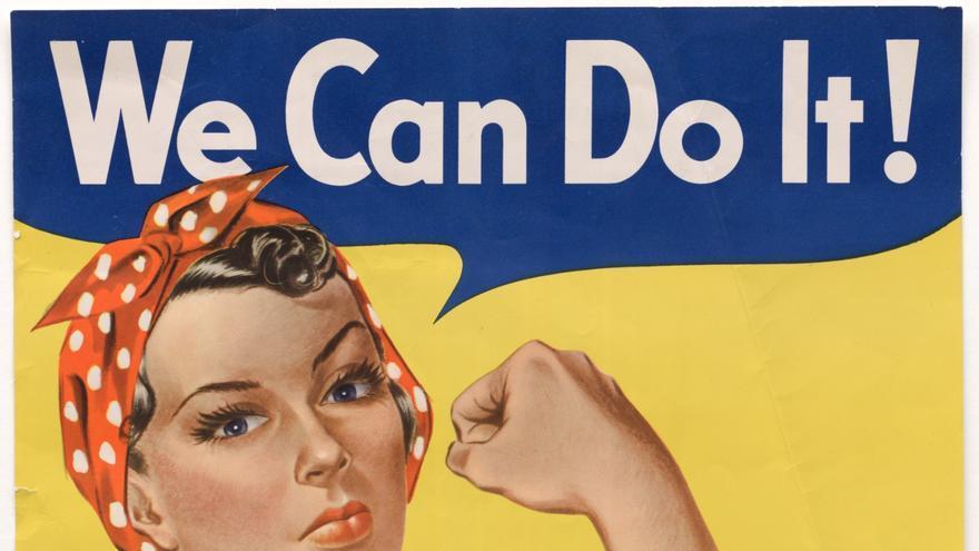 """La propaganda del gobierno de Estados Unidos (EEUU) para aumentar la moral (""""¡Podemos hacerlo!"""") y reclutar mujeres se visualizó en el hoy en día icono cultural propagandista de """"Rosie"""", cuya imagen, por otra parte, estaba muy feminizada (National Archives, 1942-1943)."""