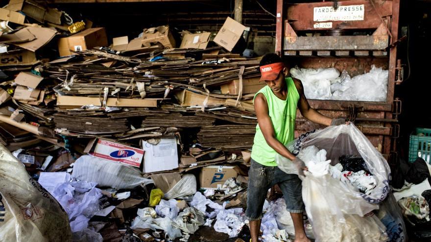 Ydvan se encarga de prensar los cartones, las latas, las botellas, etc. que los catadores venden.   Foto: Patricia Taro.