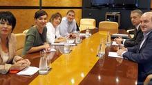 Representantes de EH Bildu y el PNV en una reunión tras las elecciones
