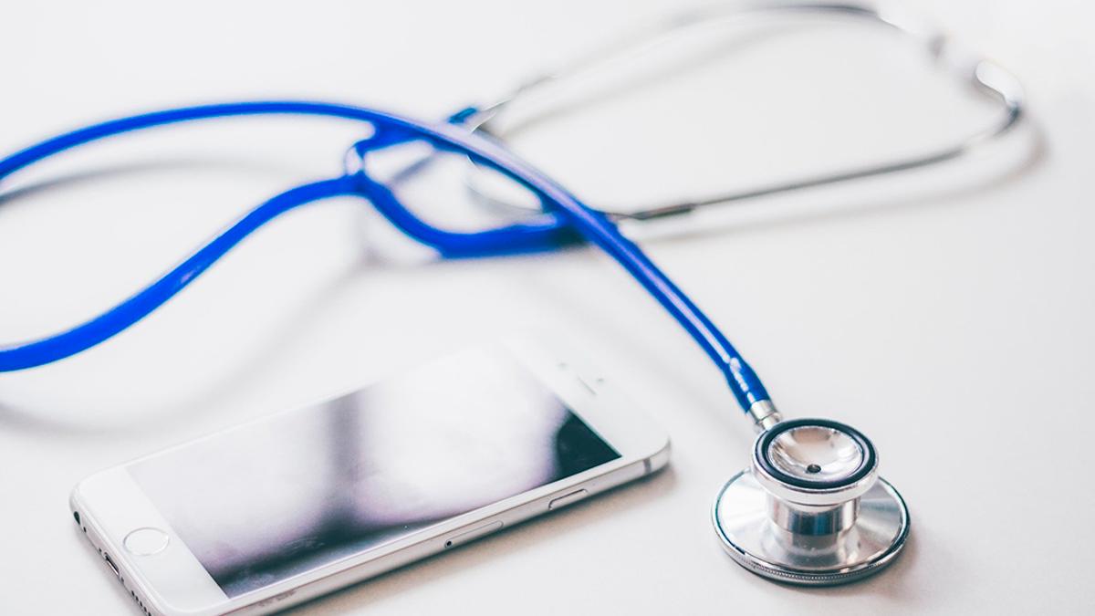 Un fonendoscopio de un médico y un teléfono | PIXABAY