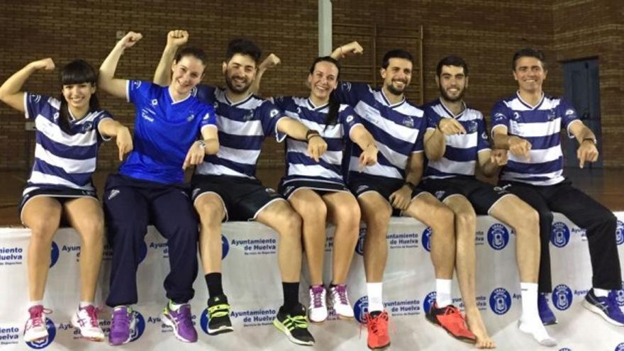 Parte del primer equipo del Badminton La Orden, de Huelva.