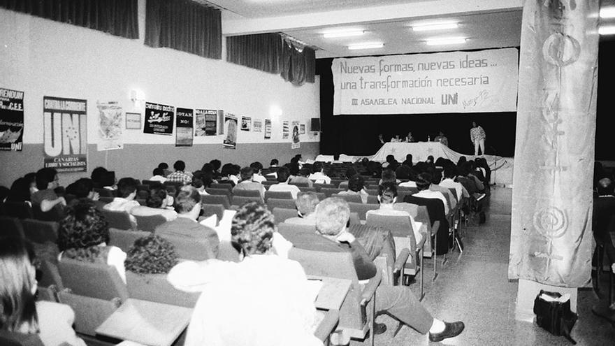 """Asamblea de disolución de UNI, bajo el lema """"Nuevas Formas""""."""