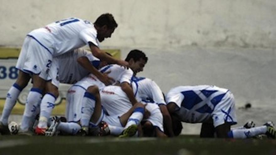 Los balnquiazules hacen una piña tras el gol del empate. (Acfi Press)
