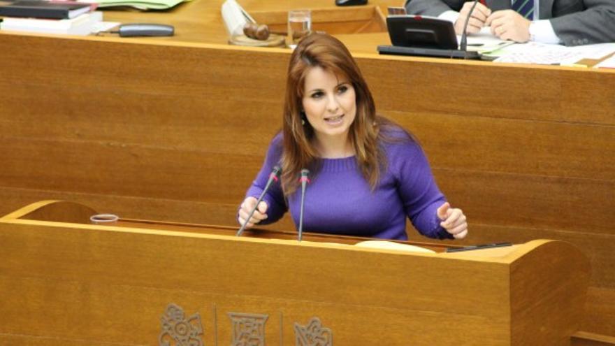 La diputada de Esquerra Unida Esther López Barceló interviene en el pleno de Les Corts