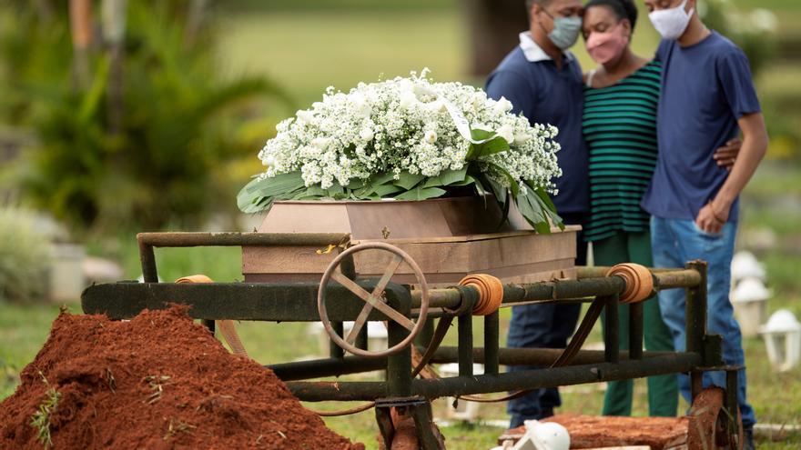 Brasil roza las 462.000 muertes por covid