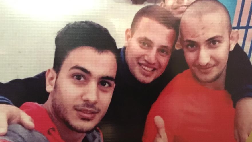 Yusef (en rojo a la derecha, con pelo rapado) junto a su hermano Mohammed y unos amigos el día que fue liberado de la cárcel israelí.   Foto cedida por la famila