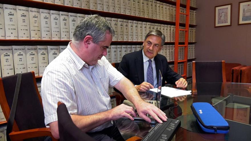 Una persona amb discapacitat visual en una notaria