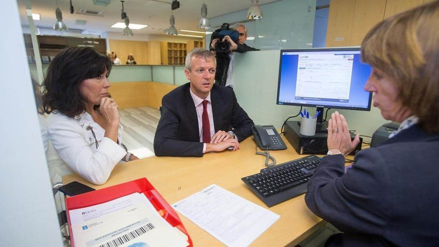 El vicepresidente de la Xunta y la responsable de Amtega, en el puesto informático de una funcionaria