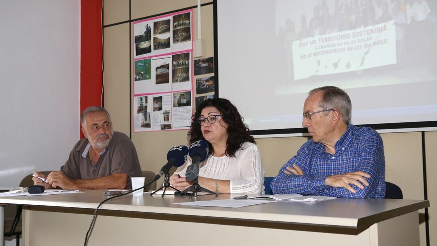 Los miembros de la Plataforma por un Territorio Sostenible y Unidos Podemos, Antonio Pérez (i), Carmen Valido, y Faustino García.