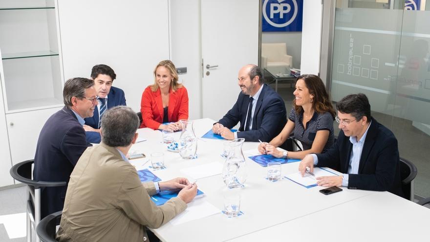 Las candidaturas de Ayuso y Almeida constituyen sus primeros grupos de trabajo internos para lograr pactos de gobierno