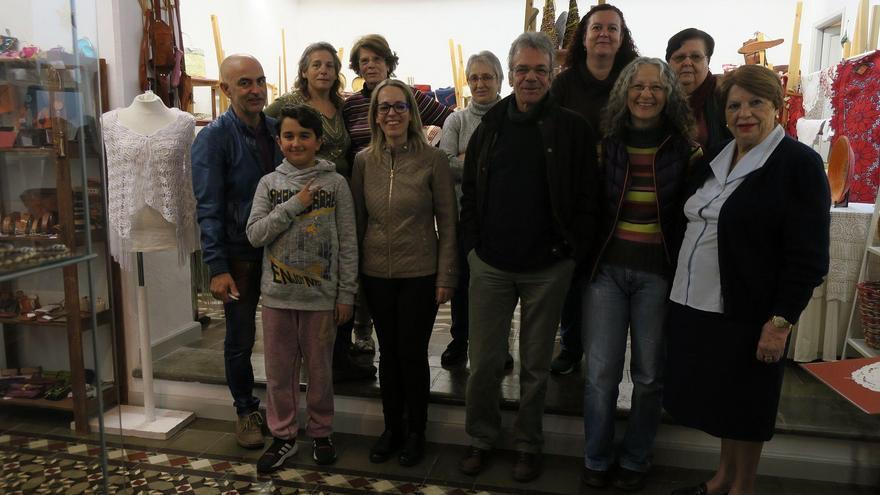 Un grupo de artesanos de La Palma, en la Sala O'Daly, con la consejera insular de Artesanía, Susana Machín (c), este miércoles.
