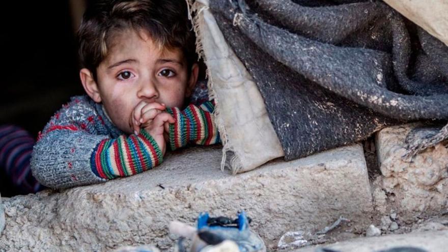 Niño escondido en un refugio improvisado. (EFE).